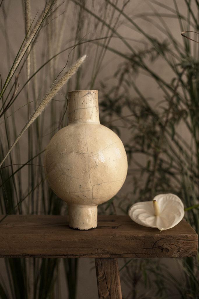 Vase auf Bank von Chi Ceramic