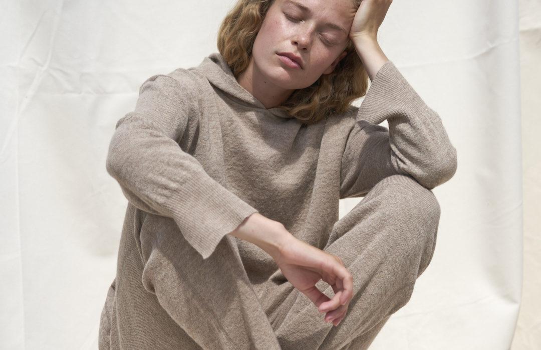 Frau in Trendfarbe Beige gekleidet